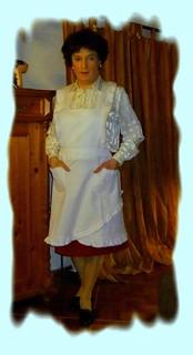Hausfrau in weisser Trägerschürze