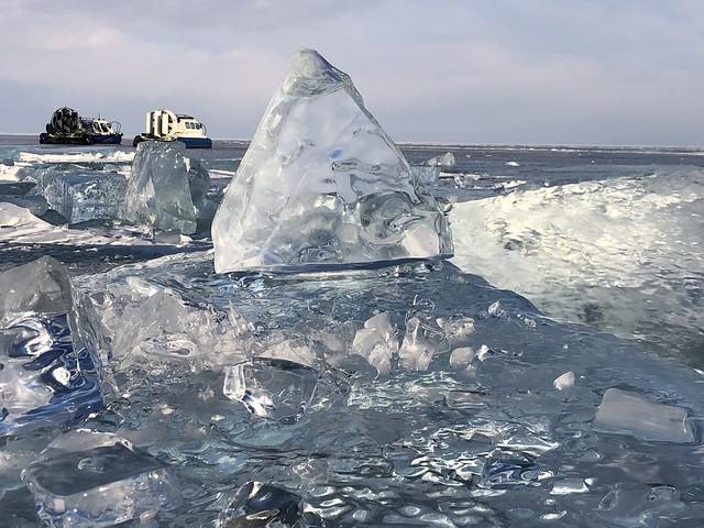 Dos aerodeslizadores en el Lago Baikal durante el invierno