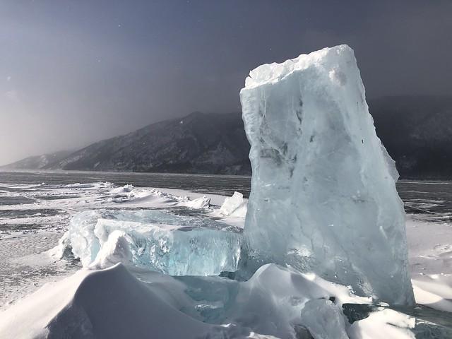 Bloque de hielo emergiendo en el Lago Baikal (Rusia)