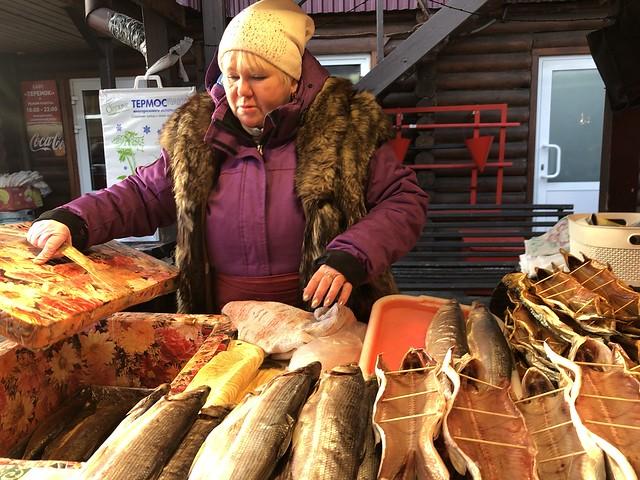 Vendedora de omul en un mercado de Listvyanka (Lago Baikal, Rusia)