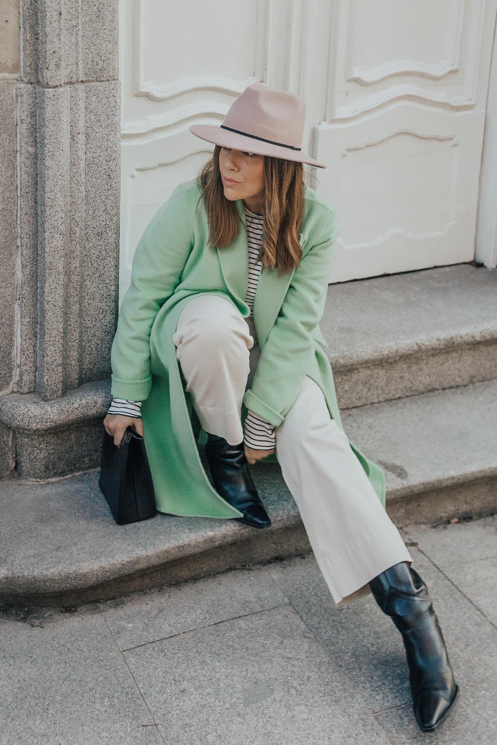 look con abrigo verde pastel