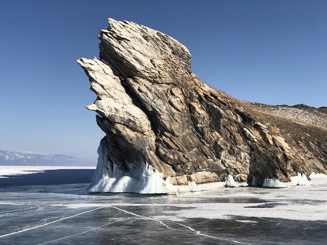 Isla de Ogoy (Roca del dragón) en el Lago Baikal de Rusia
