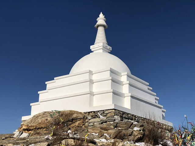 Estupa budista de la isla de Ogoy (Lago Baikal, Rusia)