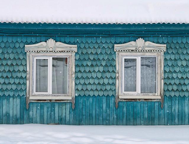 Casa siberiana en Turka bajo la nieve (Lago Baikal, Rusia)