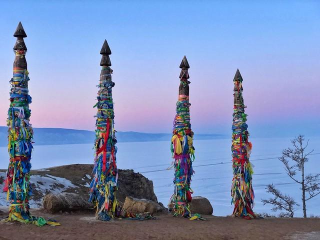 Serges o postes chamanistas en la isla de Olkhon (Lago Baikal, Rusia)