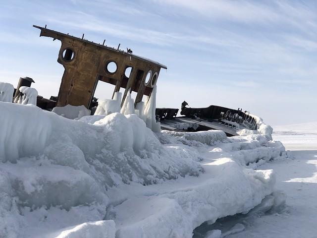 Barco varado en el hielo en el Lago Baikal