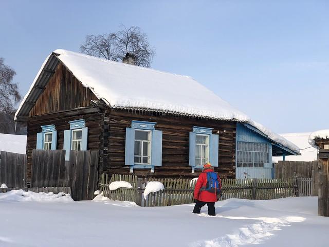 Caminando por la nieve en el Lago Baikal