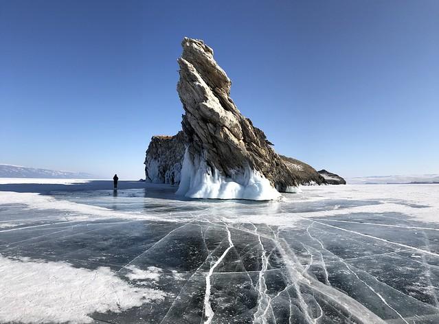 Isla de Ogoy en el Lago Baikal durante el invierno