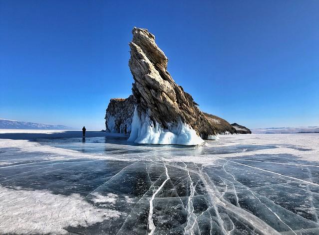 Roca del dragón, uno de los mejores paisajes que permite viajar en invierno al Lago Baikal
