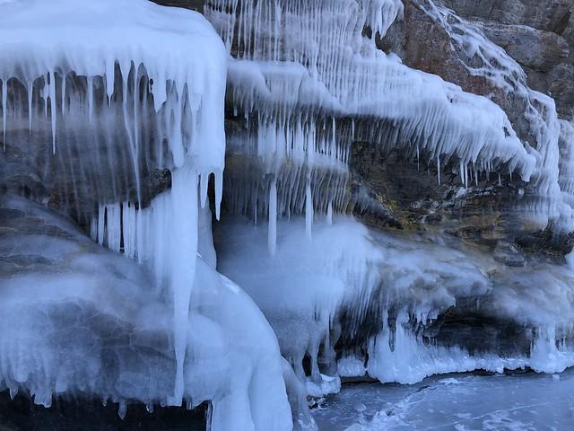 Paredes congeladas de la isla Ogoy (Lago Baikal, Rusia)