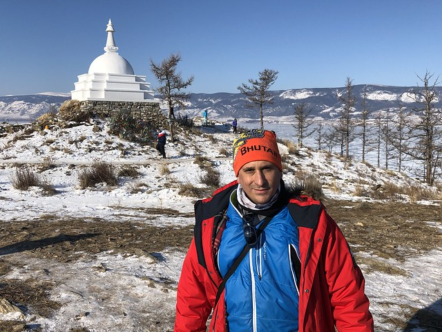 Sele en la isla Ogoy (detrás la estupa budista) del Lago Baikal de Rusia