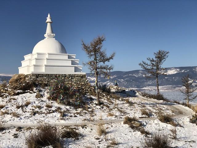 Estupa budista en la isla Ogoy (Lago Baikal, Rusia)