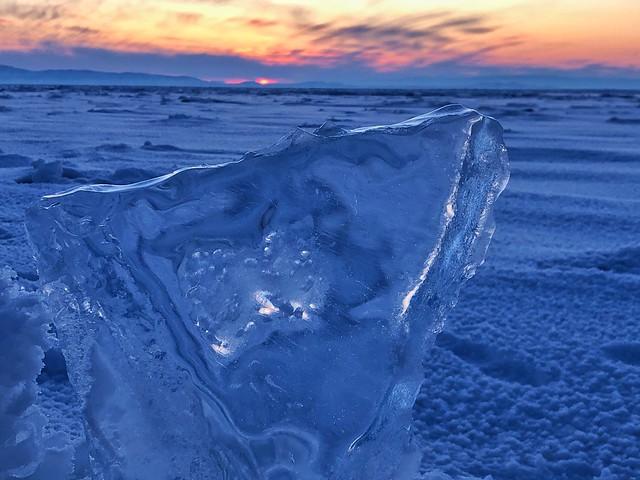Bloque de hielo en el Lago Baikal cuando llega el invierno