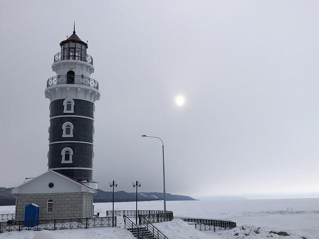 Faro en la nieve en Turka (Lago Baikal, Rusia)