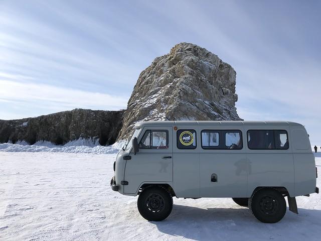 UAZ en el Lago Baikal en invierno