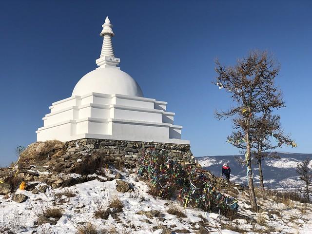 Estupa budista de la isla de Ogoy en el Lago Baikal