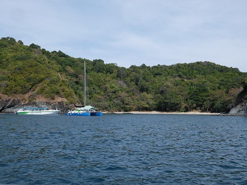 Катера у острова Майтон