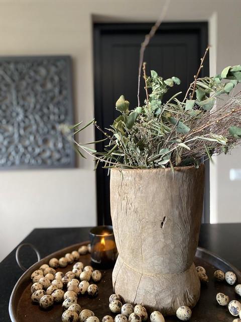 Sobere kruik met groen kievitseieren landelijk