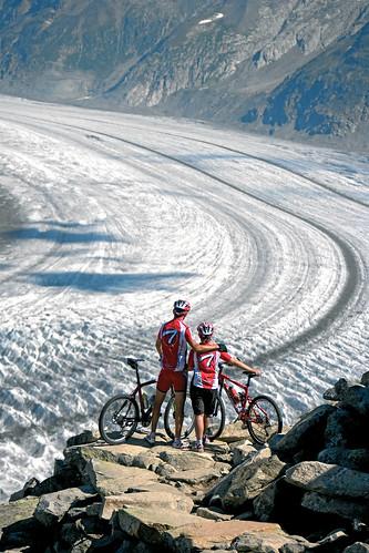 Cyklisté obdivují Aletschský ledovec