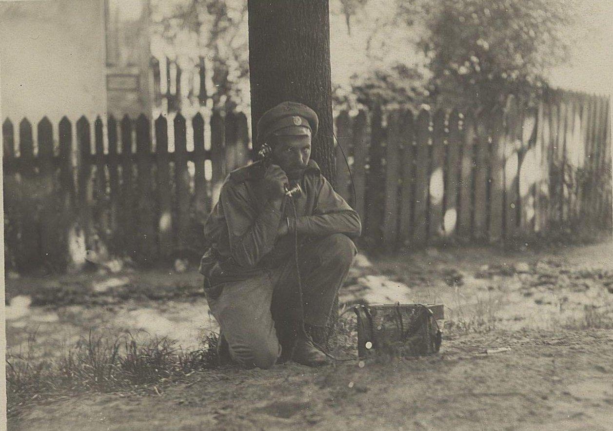1915. Телефонист устанавливает связь с частями, прошедшими г. Броды