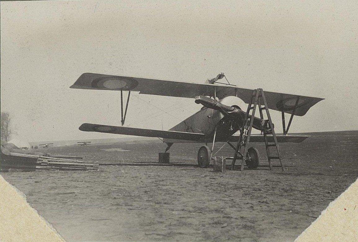 1915. Самолёт на аэродроме