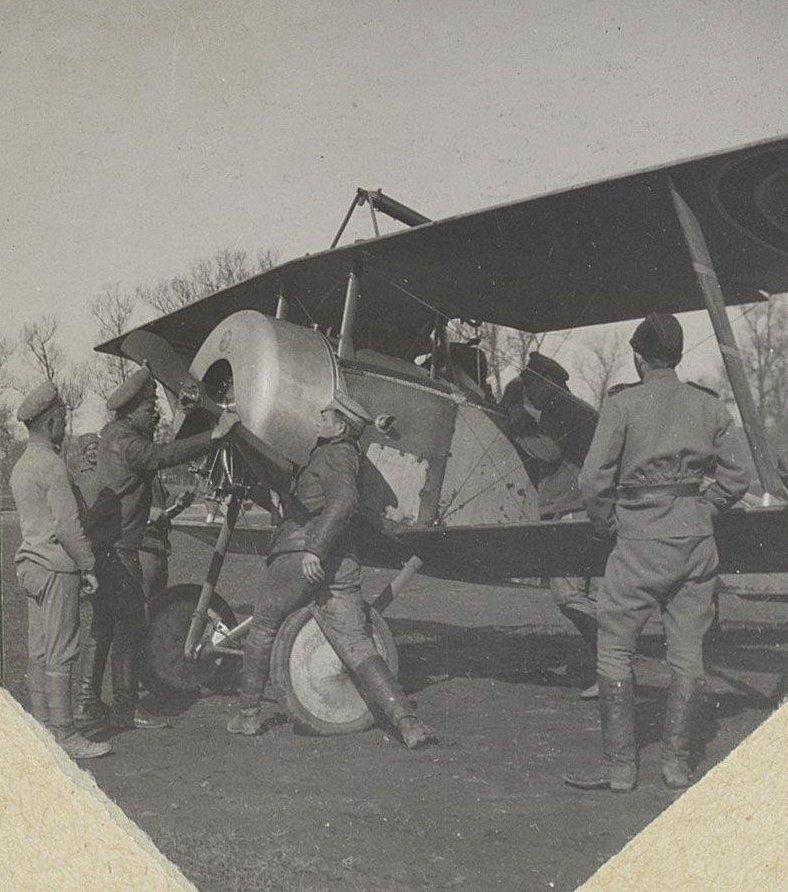 1915. У пропеллера самолёта экипаж