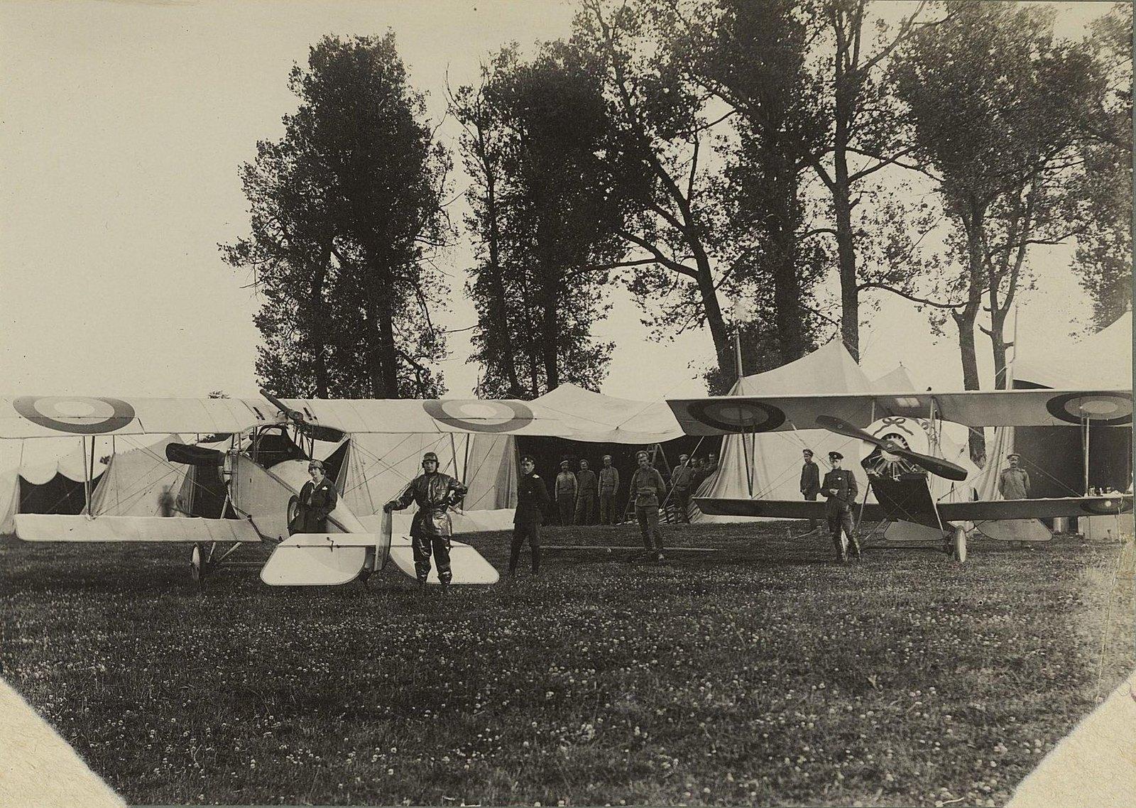1915. Самолёты в покрышках под деревьями