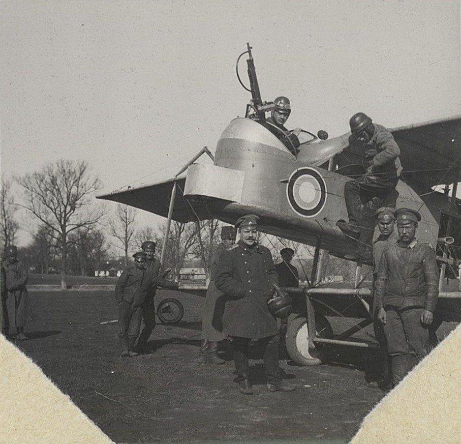 1915. У носа самолёта экипаж
