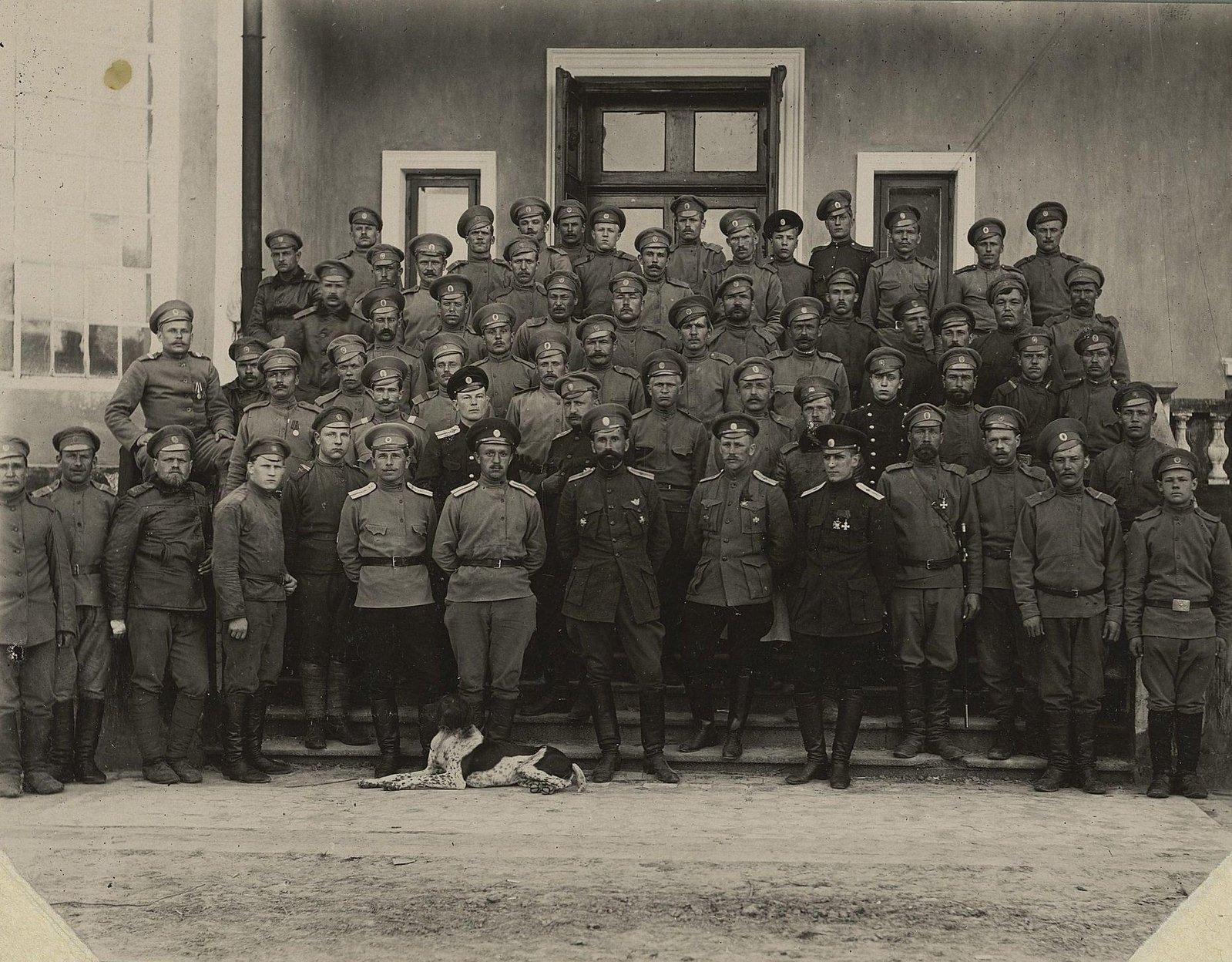 1915. Группа военных авиационного отряда на крыльце