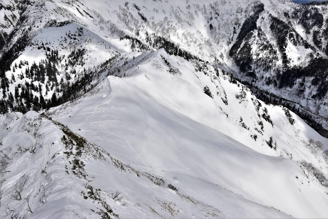 剣ヶ峰山頂から眺める雪の稜線