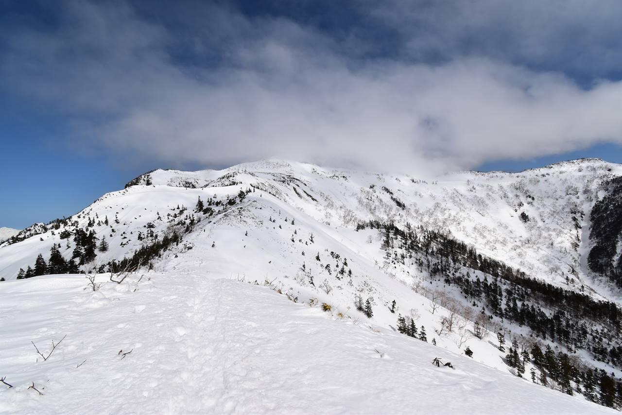 雲に覆われ始める武尊山