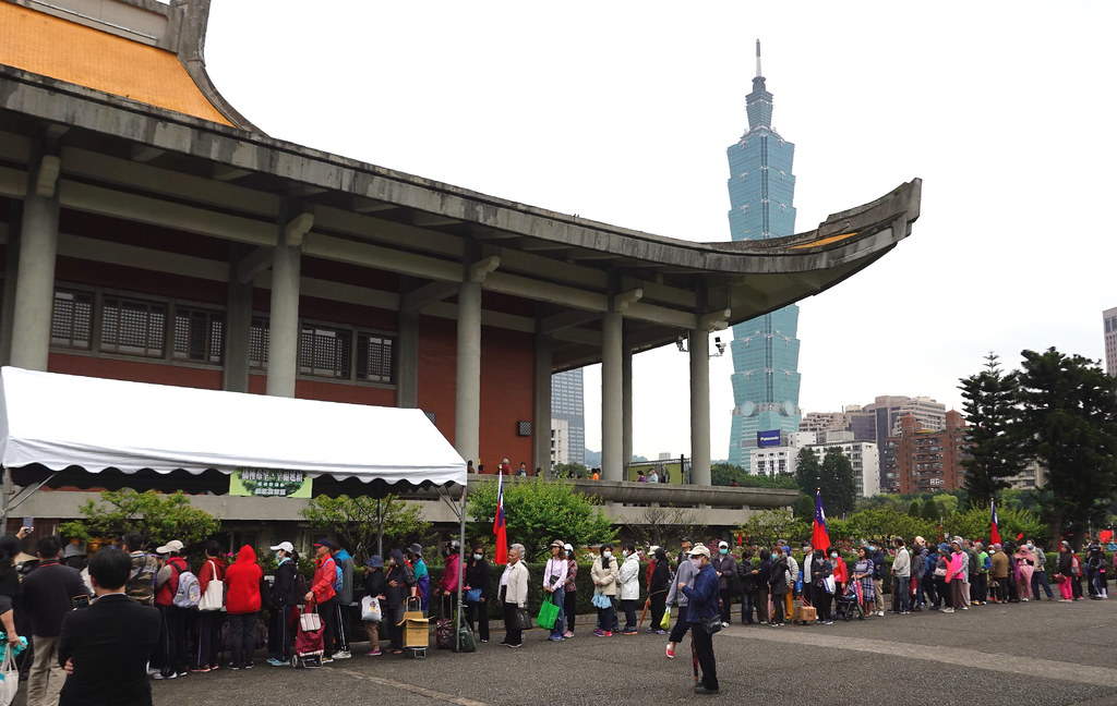 植樹節當天,林務局與國父紀念館合作贈送1550株樹苗,現場民眾大排長龍。孫文臨攝