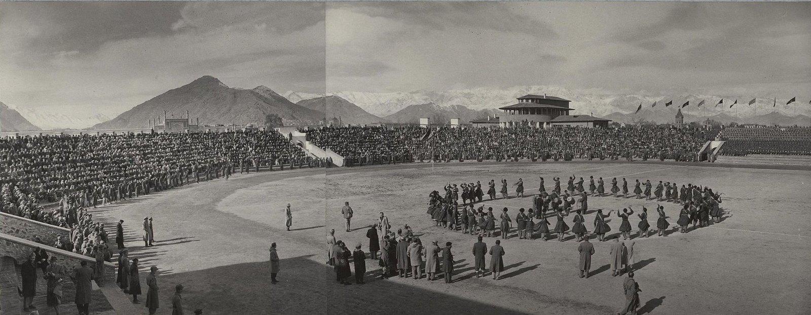 13. На стадионе Гази в Кабуле. Народный танец исполняют мужчины