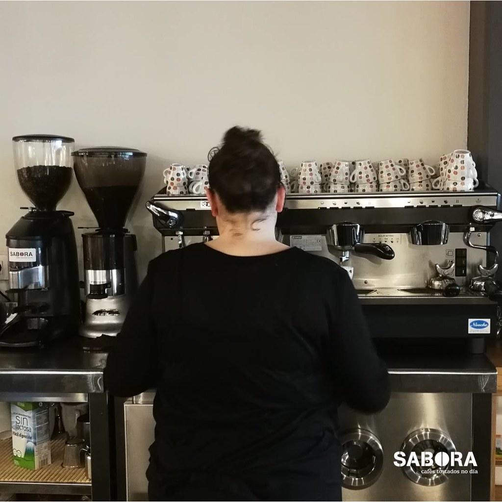 Haciendo café en una cafetera expreso
