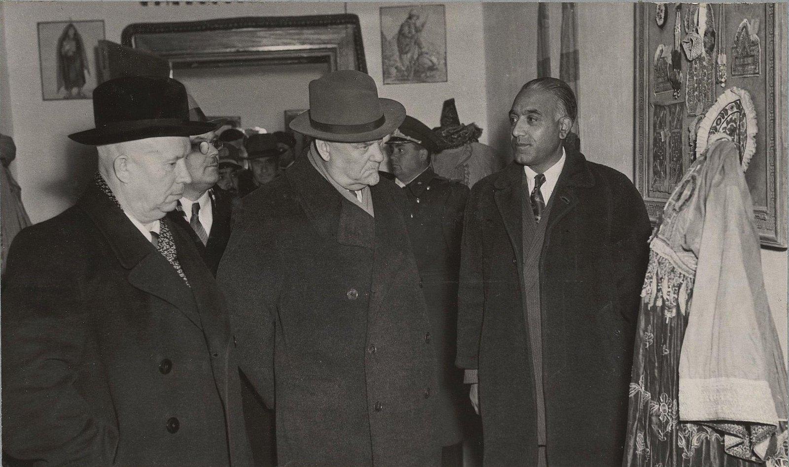07. В Кабульском историческом музее. У стенда с женской одеждой