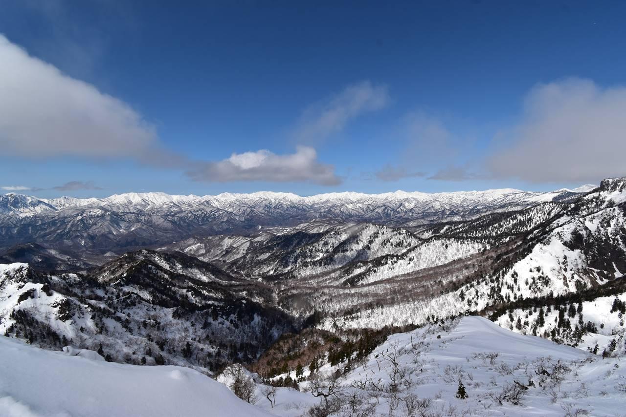 剣ヶ峰山頂から眺める新潟方面の展望