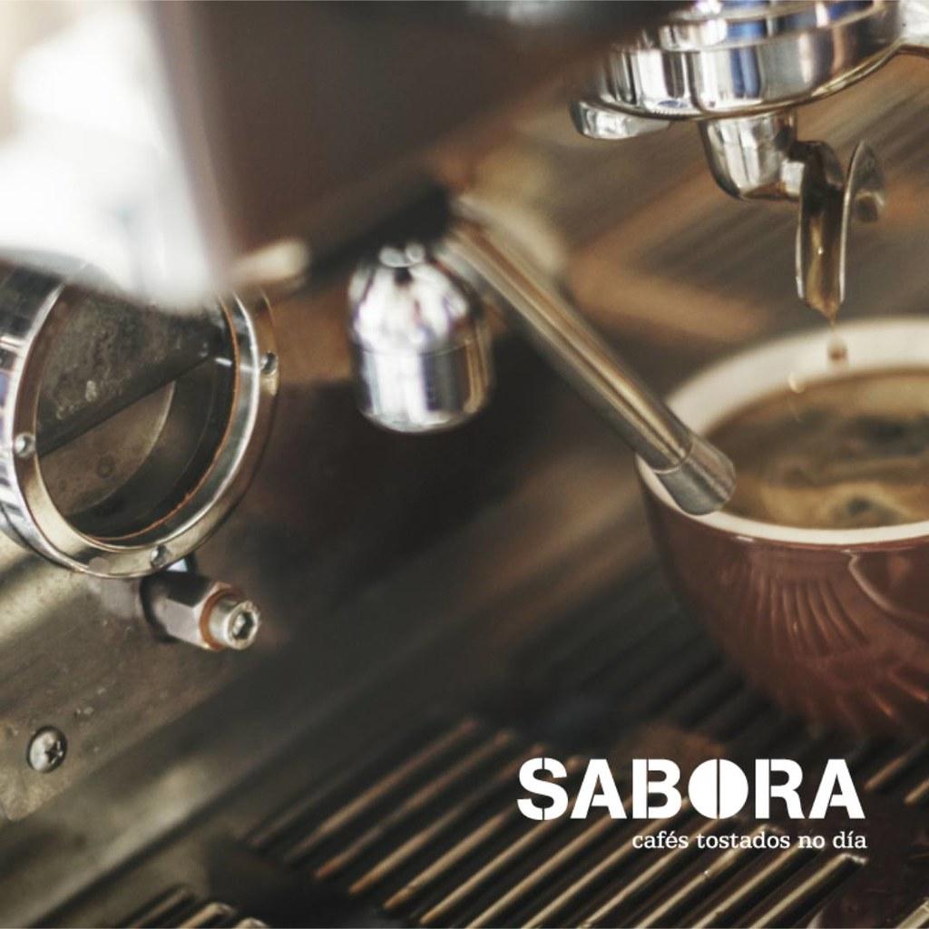 Café sólo en cafetera expreso