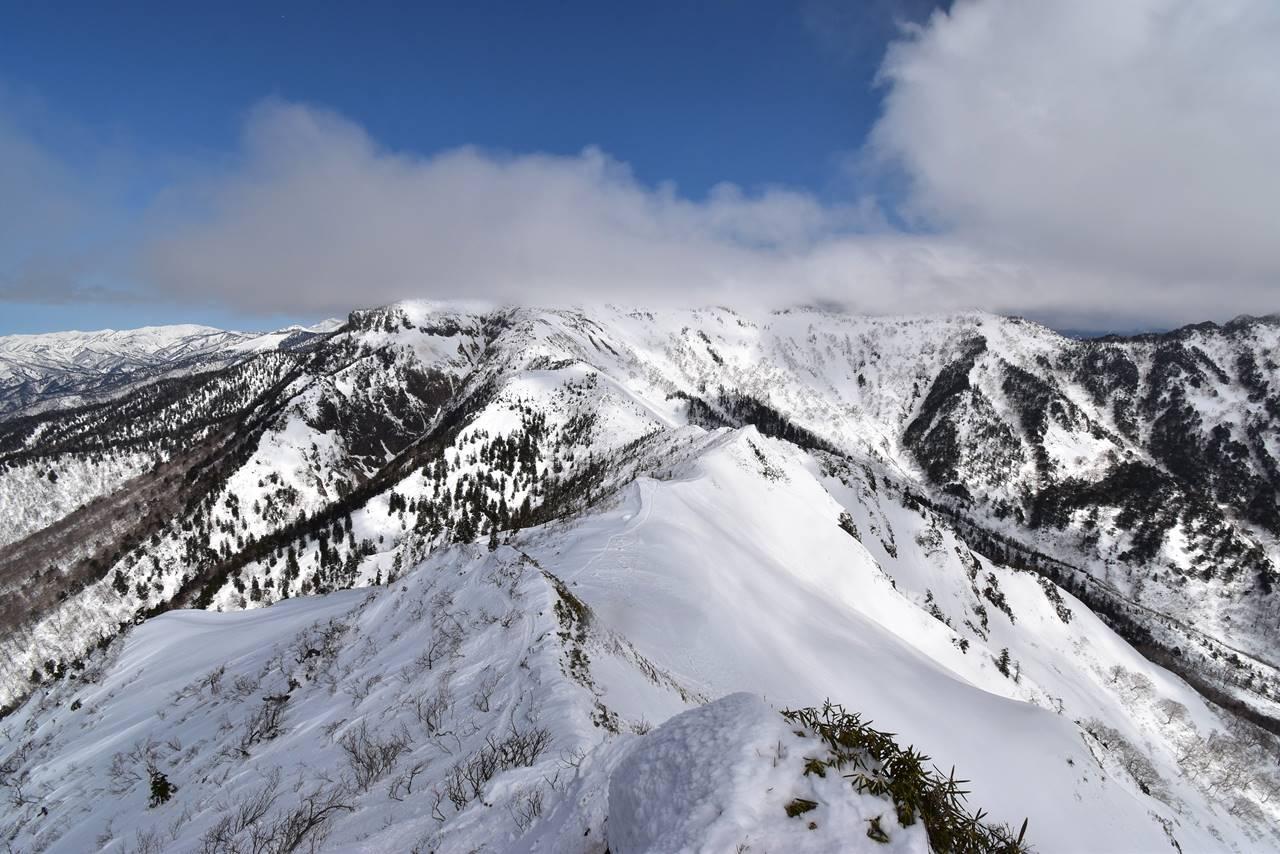 剣ヶ峰山頂から眺める武尊山