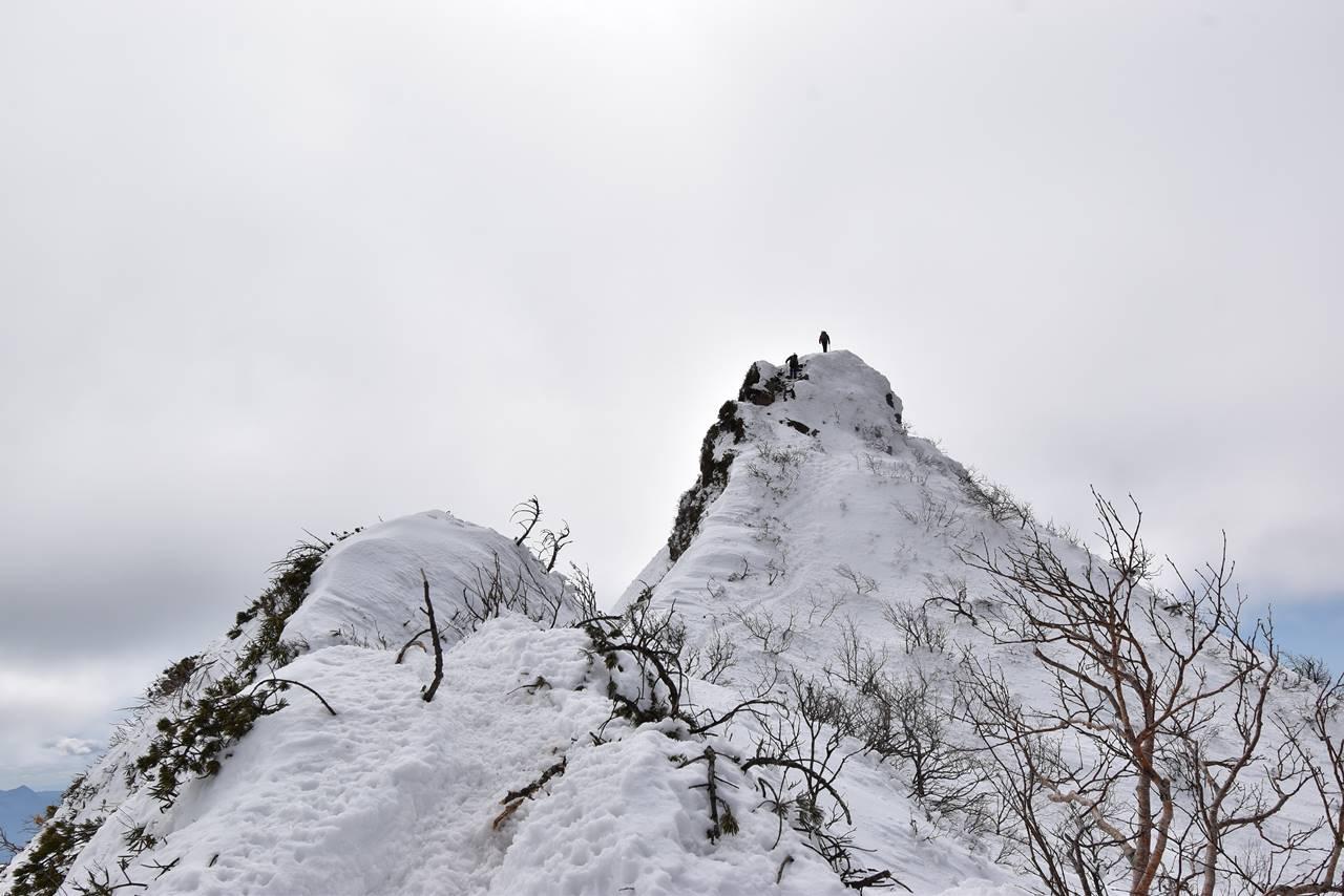 剣ヶ峰に登頂する登山者