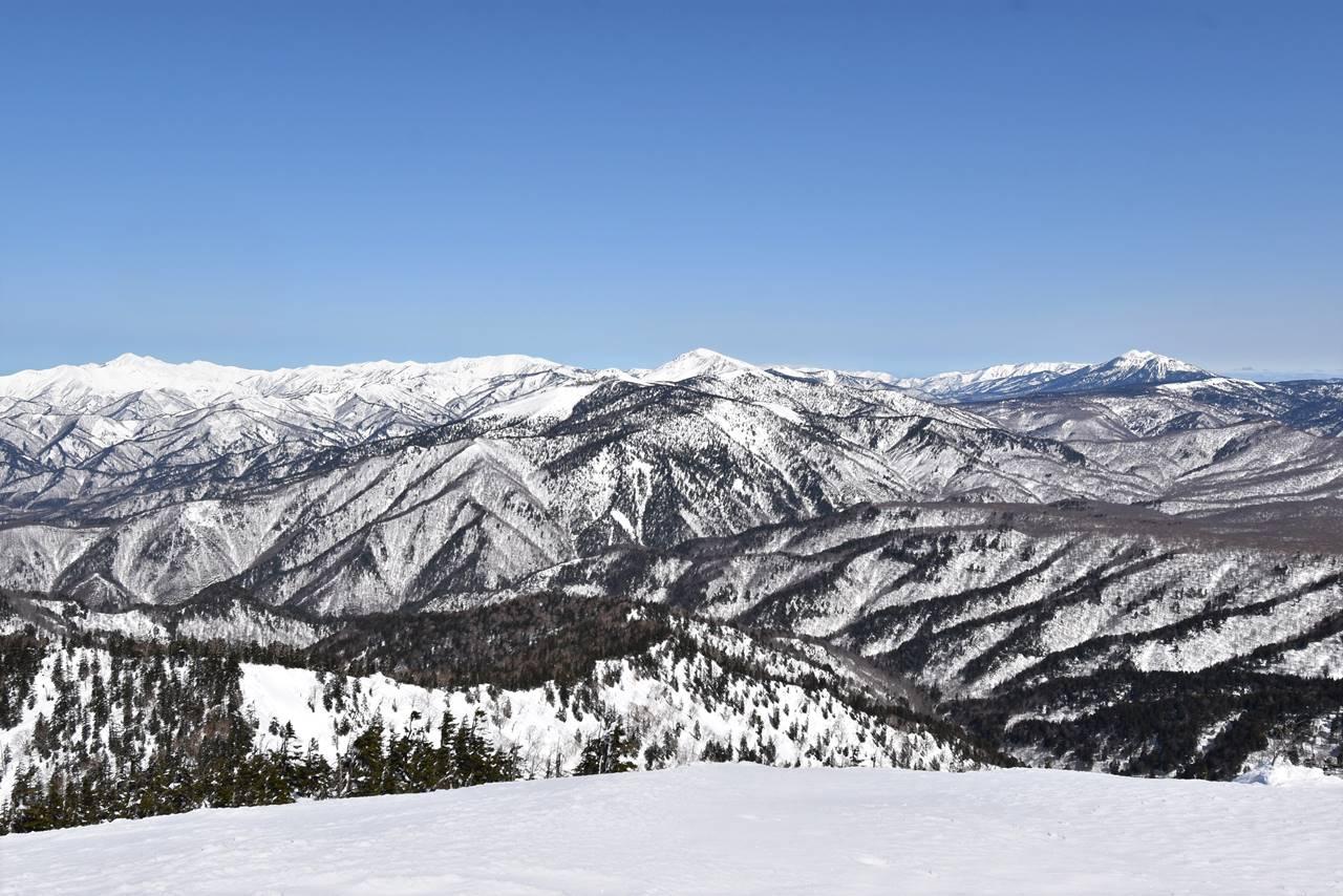 武尊山山頂から眺める燧ヶ岳・至仏山など尾瀬の展望