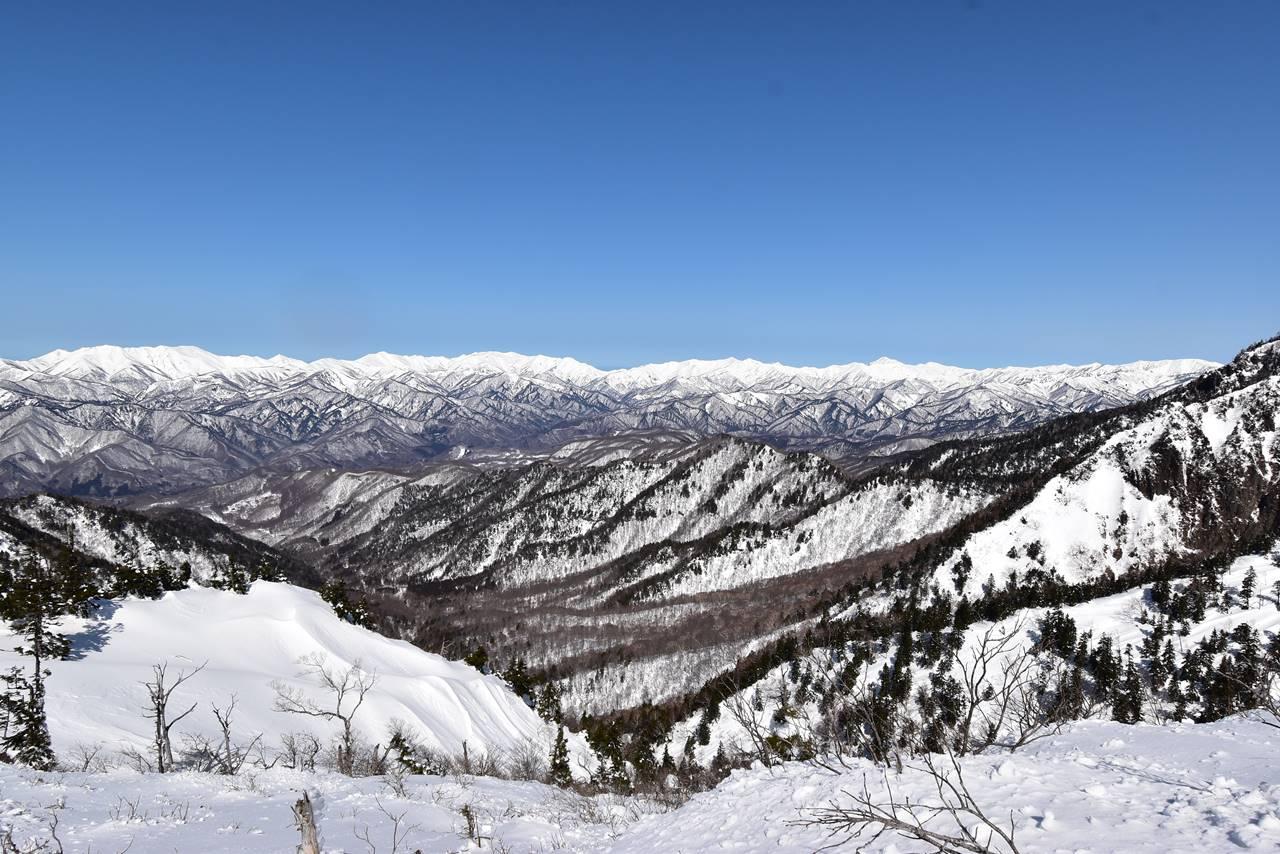 武尊山の稜線から眺める谷川方面の展望