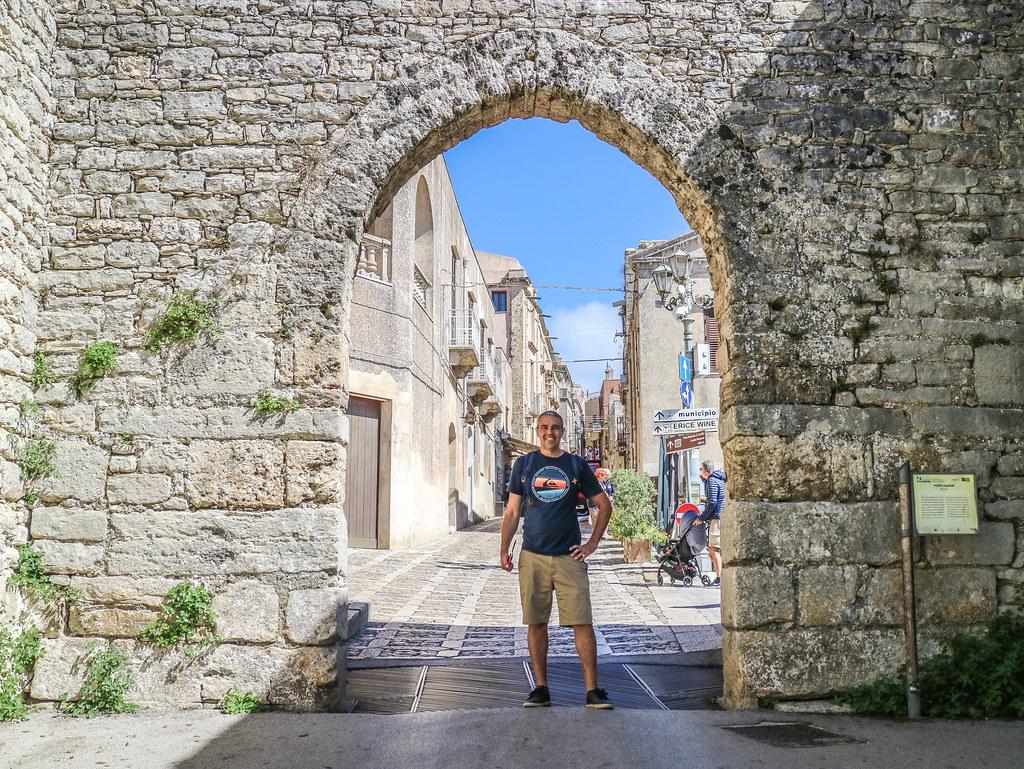 Porta Trapani que da acceso a la ciudad medieval