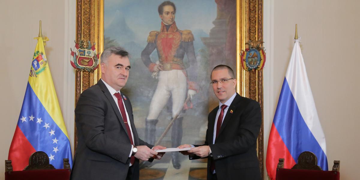 Canciller Jorge Arreaza recibe copias de estilo del nuevo Embajador de Rusia en Venezuela