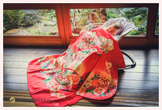 お宮参り 100日祝い 料亭の縁側で眠る赤ちゃん 産着 日本料理やまと(名古屋の有松)にて