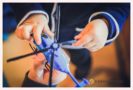 おもちゃのヘリコプターで遊ぶ子どもの手元写真