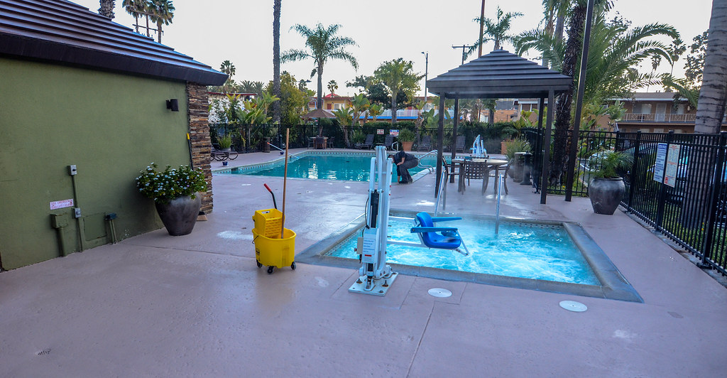 Best Western Pavilions pool hot tub