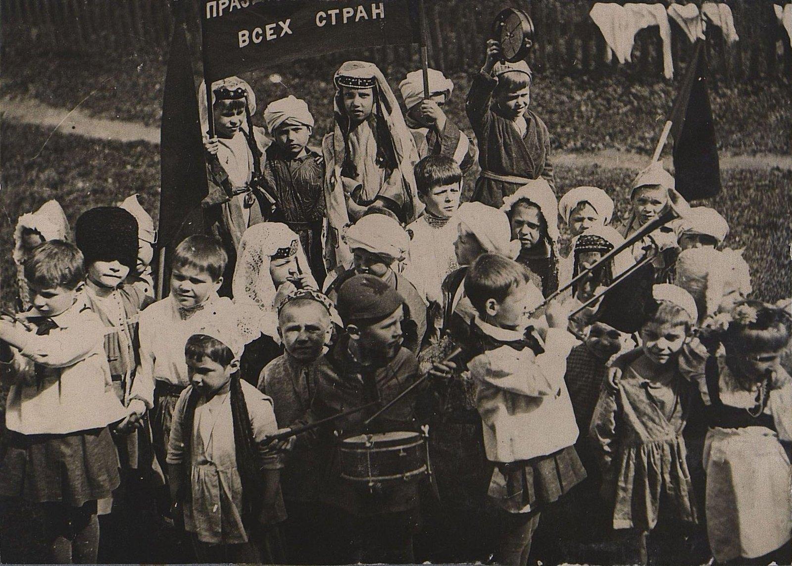 09. Воспитанники 44-го Детского дома на праздновании 1 мая. 1934