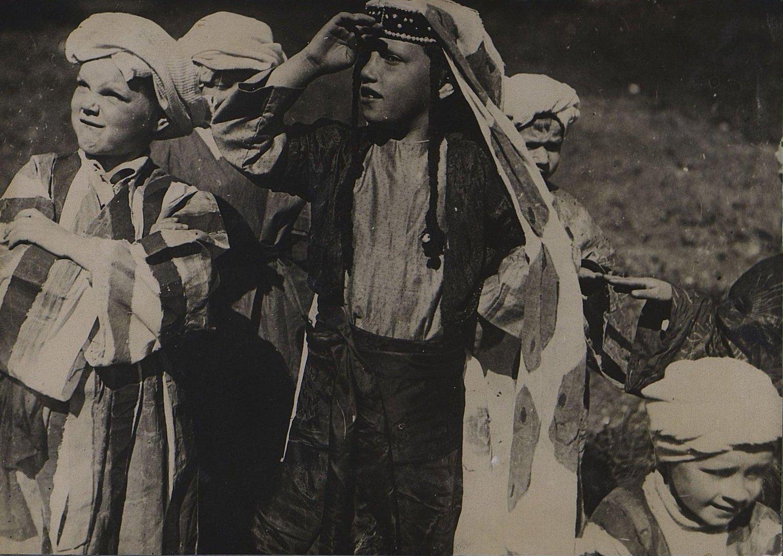 03. Дети в узбекских костюмах. 1 мая 1934