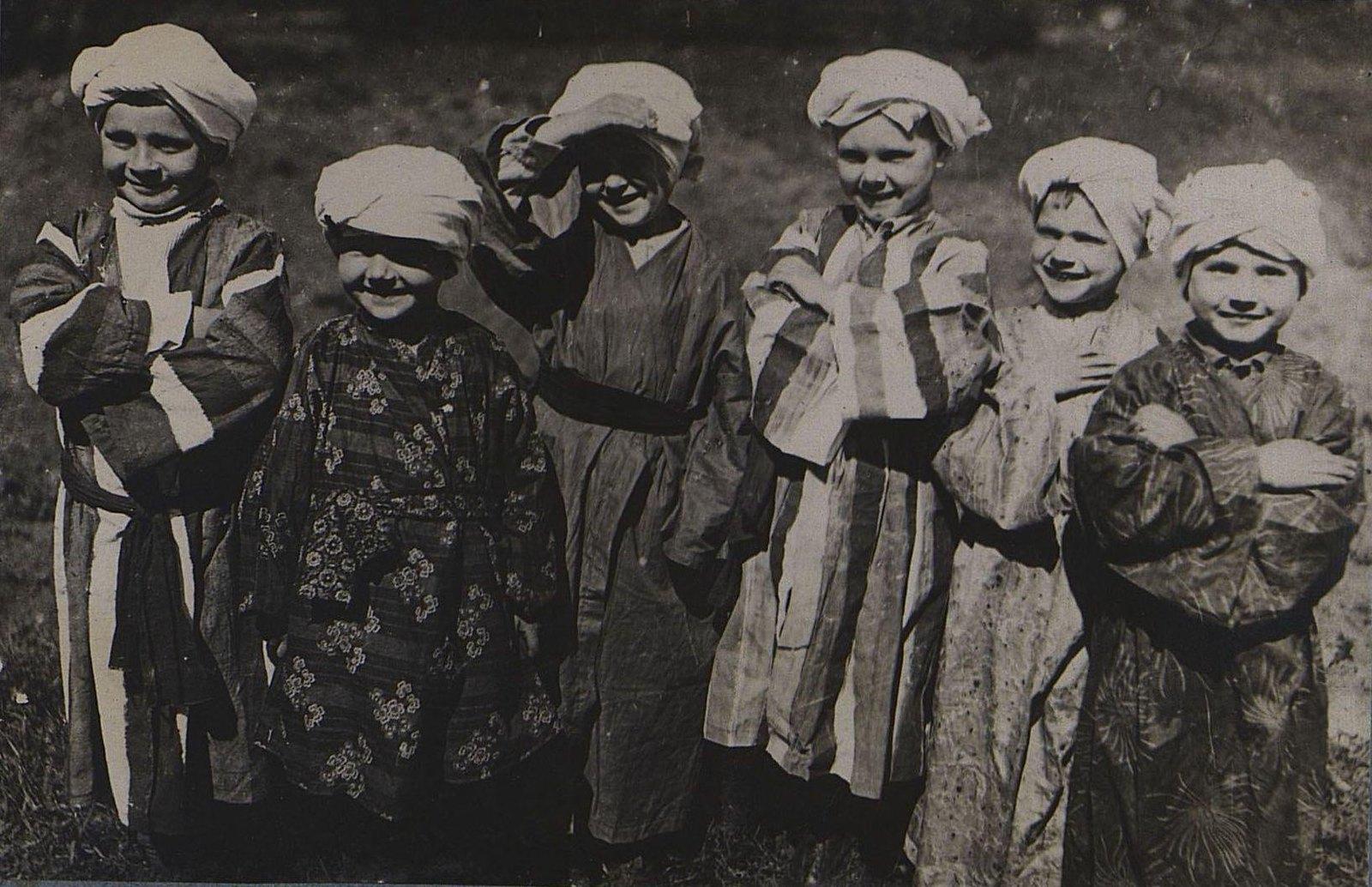 04. Дети в восточных костюмах. 1 мая 1934