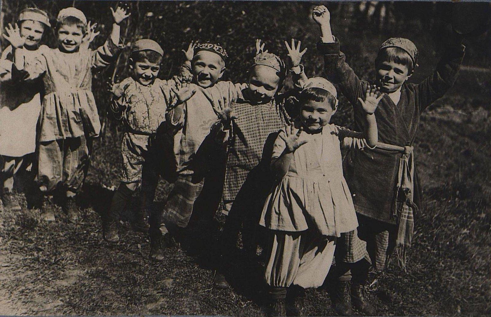 02. Дети в татарских костюмах. 1 мая 1934